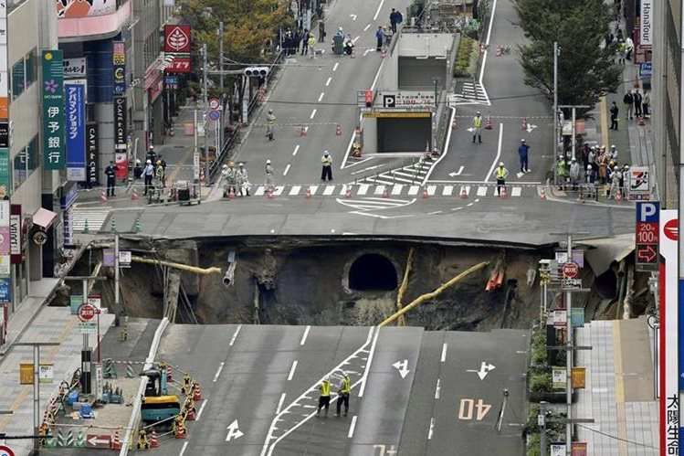 Hundimiento en la ciudad de Fukuoka, Japón. (Foto Prensa Libre: AFP)