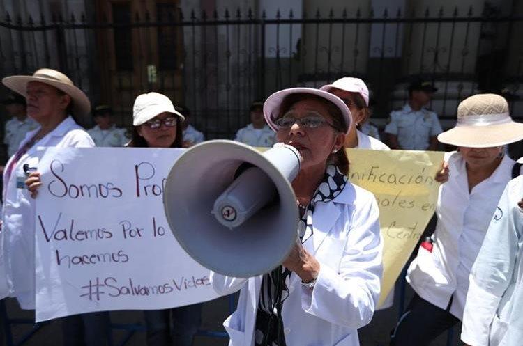 Médicos que laboran en el Ministerio de Salud anunciaron que la consulta externa de los hospitales no atenderá este lunes, en demanda a mejores salarios. (Foto Prensa Libre: Hemeroteca PL)