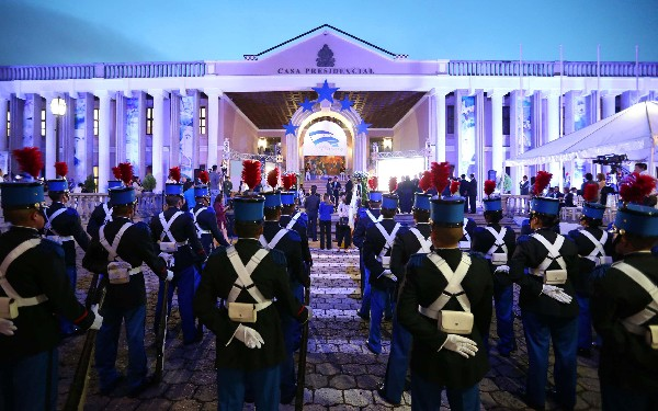 En la casa de gobierno en Tegucigalpa, Honduras comienzan las fiestas de Independencia. (EFE).