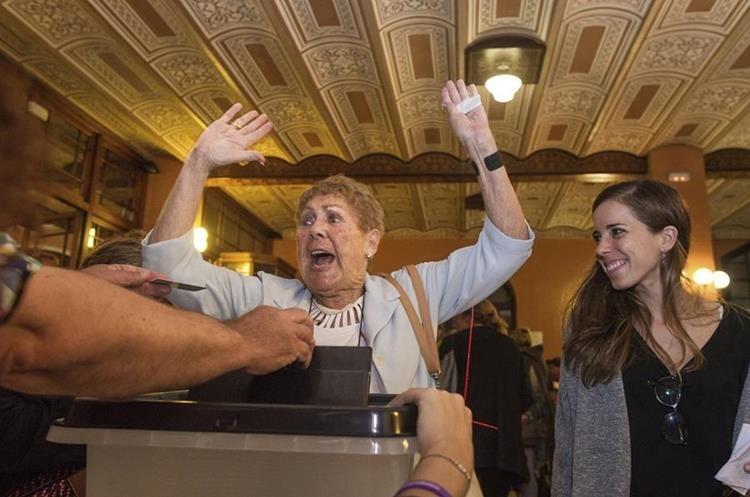 Una mujer demuestra su alegría tras votar en el referéndum independentista del 1-O en Cataluña suspendido por el TC, en el IES Escola Industrial de Sabadell (Barcelona). (Foto Prensa Libre: EFE)