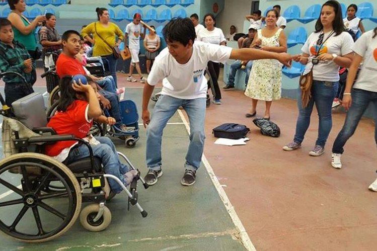 Niños practican deporte en las olimpiadas efectuadas en Panajachel. (Foto Prensa Libre: Édgar Sáenz).