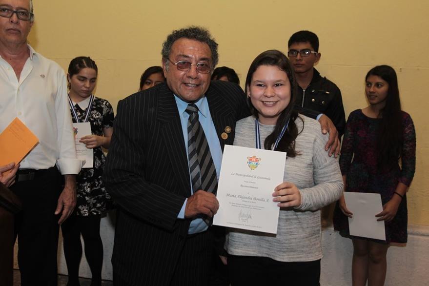 Carlos García Escobar junto a María Alejandra Bonilla, primer lugar del VII certamen de cuento escrito por adolescentes. (Foto Prensa Libre: Edwin Castro)