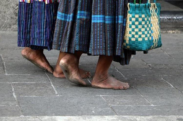 La pobreza en la que viven la ha llevado a caminar kilómetros para pedir ayuda. (Foto Prensa Libre: Carlos Ventura)