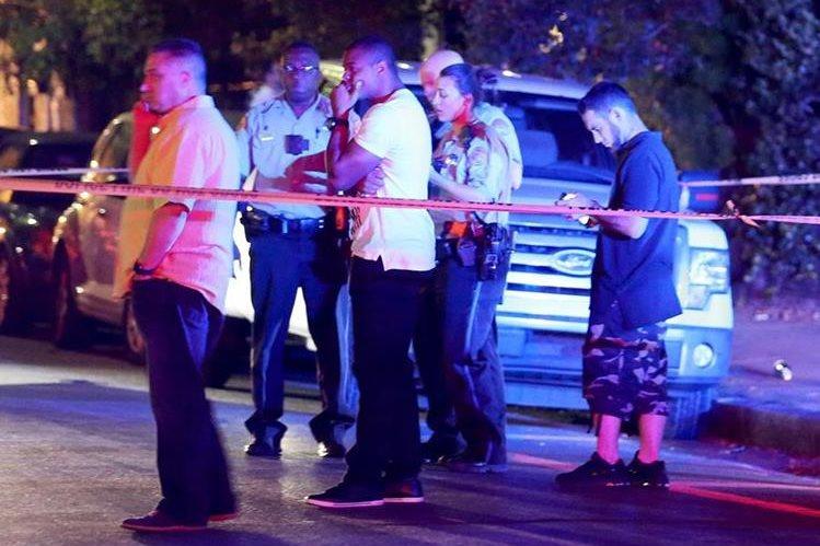 Las autoridades cercaron el lugar del asesinato al que se presentaron varios excompañeros de Smith. (Foto Prensa Libre: AP)