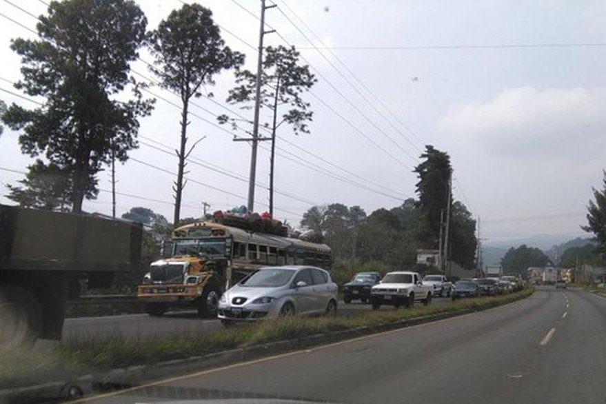 Tránsito complicado en el km 38 de la ruta Interamericana por construcción de puente. (Foto Prensa Libre: Julio Román).