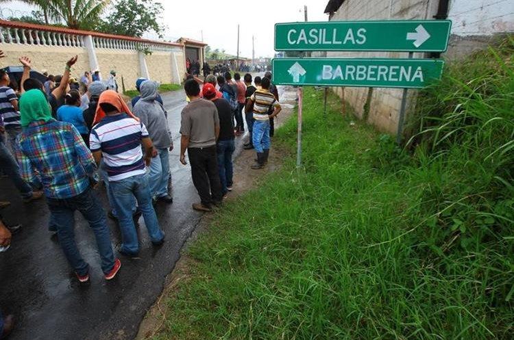 A pesar de los disturbios, pobladores continúan manifestando en el municipio. (Foto Prensa Libre: Álvaro Interiano)