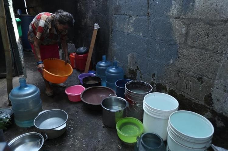 Vecinos de la colonia Atlántida, zona 18, racionan la poca agua que llega a sus hogares. (Foto Prensa Libre: Esbin García)