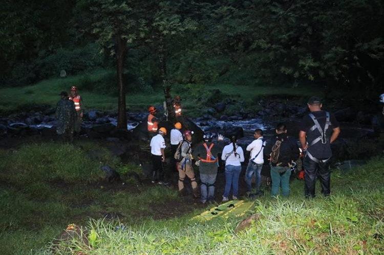 Por la crecida del río Cantil, en Escuintla, el rescate de un grupo de turistas fue complicado. (Foto Prensa Libre: Carlos Paredes)