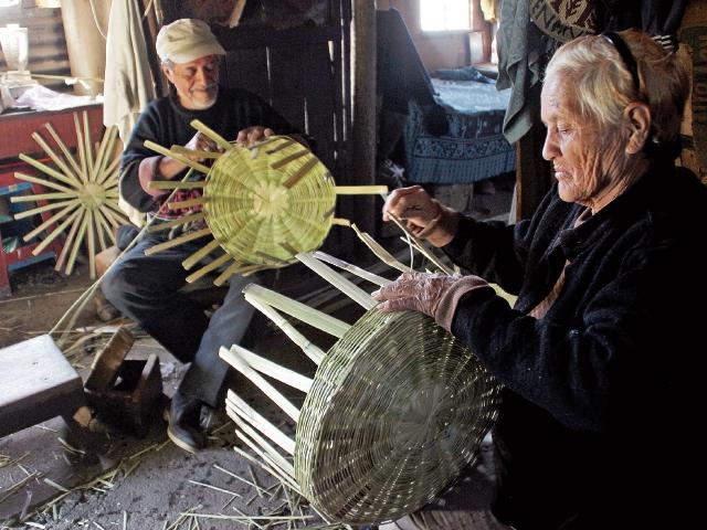 Durante años, los esposos José Luis Alquijay Téllez y María del Carmen Ruiz Gudiel elaboran canastas de caña. (Foto Prensa Libre: Mike Castillo)