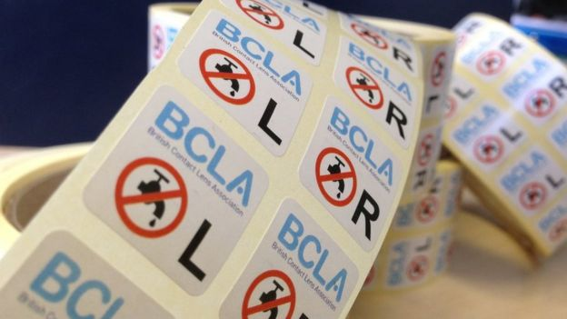 La Asociación Británica de Lentes de Contacto repartió 100.000 pegatinas que advertían que no se debe usar agua al manipular los lentes.