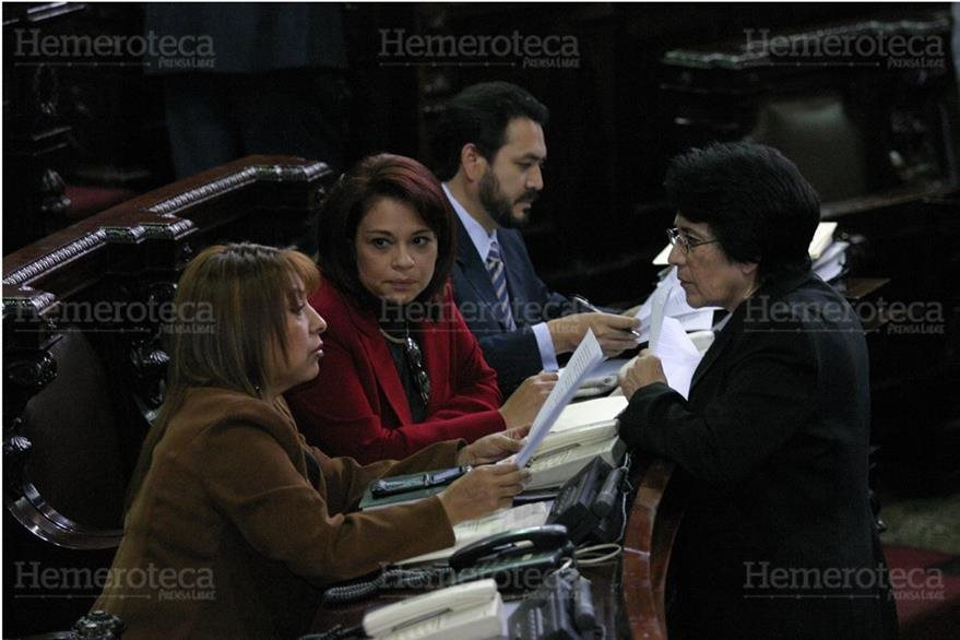 Los entonces diputados Anabella de León (I), Roxana Baldetti y Gudy Rivera, discuten con otra parlamentaria en 2005 sobre el Presupuesto del país. (Foto: Hemeroteca PL)