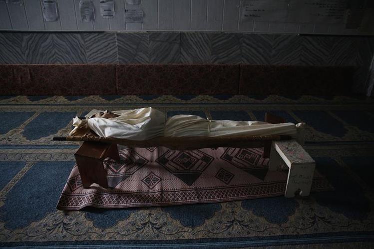 El cadáver de Abdulrahman, un joven sirio de 17 años, quien trabajó con un grupo de defensa civil y fue muerto por un ataque de mortero el miércoles. (Foto Prensa Libre: AFP).