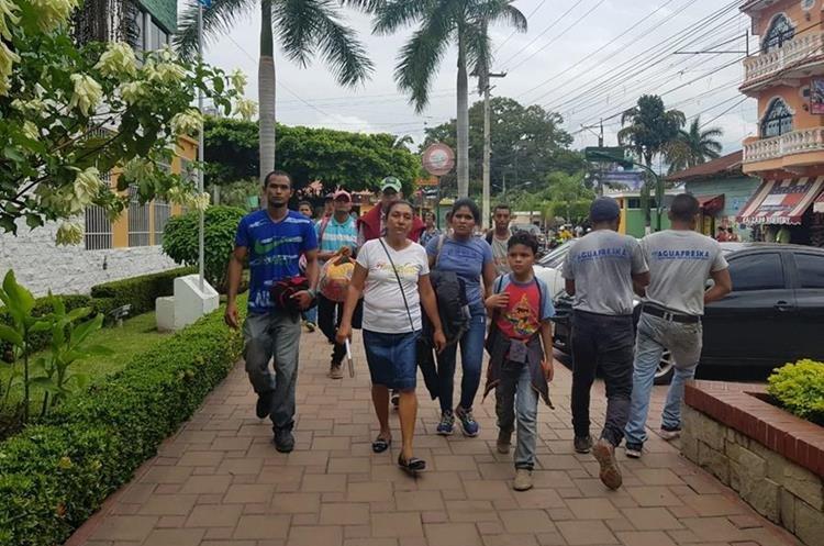 Decena de Migrantes hondureños llegan a Tecún Umán, San Marcos. (Foto Prensa Libre: Whitmer Barrera)