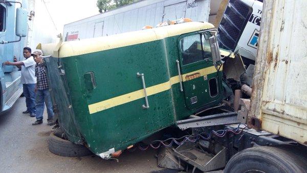Camión accidentado queda destruido en el km 188 de la ruta al Atlántico. (Foto Prensa Libre: Twitter @jared_cifuentes)