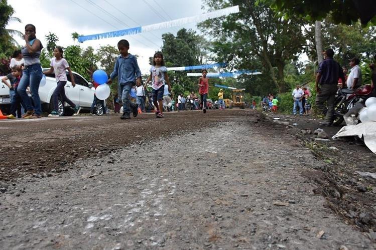 Vecinos esperan que el proyecto de reparación de 8.5 kilómetros concluya en el tiempo estipulado. (Foto Prensa Libre: Enrique Paredes)