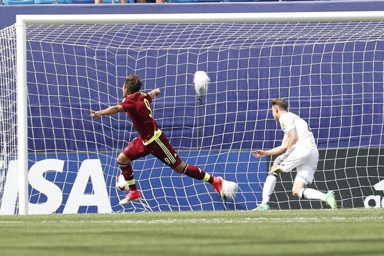 """Ronaldo Peña, de Venezuela, ha demostrado sus grandes cualidades de """"9"""" en el Mundial Sub 20. (Foto Prensa Libre: EFE)"""