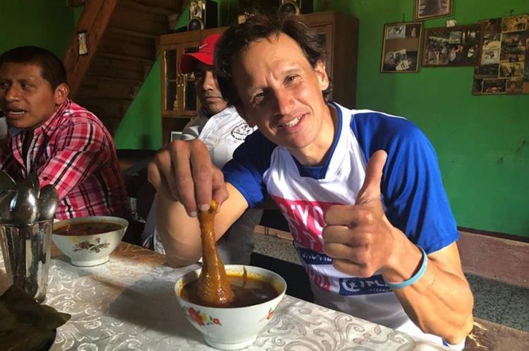 Simon disfruta del plaltillo típico de Cobán. (Foto Prensa Libre: Eduardo Sam)