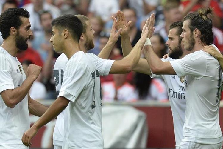 Bale e Isco festejan con sus compañeros luego de la anotación del galés. (Foto Prensa Libre: AFP)