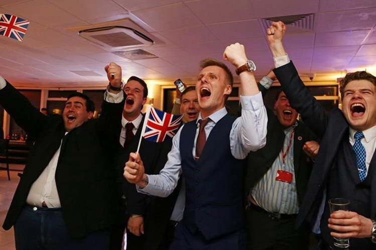 Partidarios celebran los resultados del Brexit. (Foto Prensa Libre: AFP).