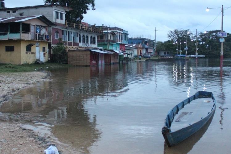 Río La Pasión amenaza con anegar viviendas en Sayaxché. (Foto Prensa Libre: Rigoberto Escobar)