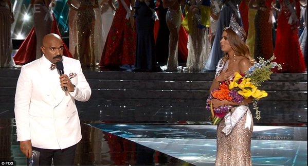 El anfitrión Steve Harvey se disculpa por el error que cometió al leer la tarjeta donde aparecía que la corona se la había llevado Miss Filipinas y no la representante de Colombia.