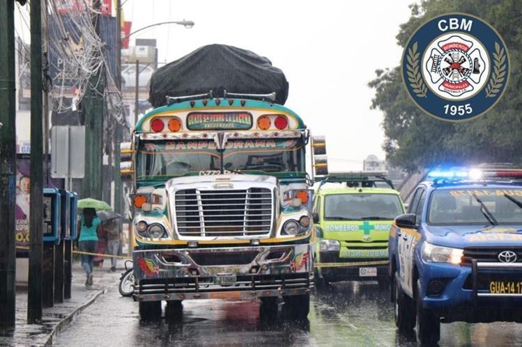 Los Bomberos Municipales trasladan en estado delicado a la emergencia a los heridos. (Foto Prensa Libre: Bomberos Municipales)