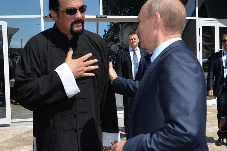 Putin concede la ciudadanía rusa al actor estadounidense Steven Seagal. (Foto Prensa Libre: EFE)