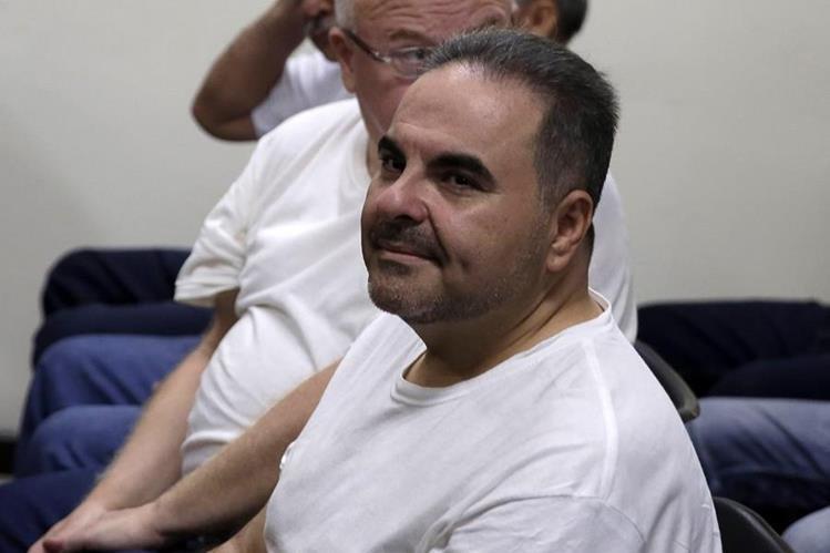Antonio Saca (c) asiste al juicio en su contra en San Salvador, El Salvador. (Foto Prensa Libre:EFE)