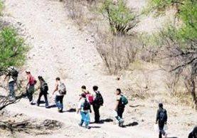 Migrantes empiezan a a cruzar el desierto del lado mexciano para llegar a EE.UU. (Foto Prensa Libre: Hemeroteca PL)