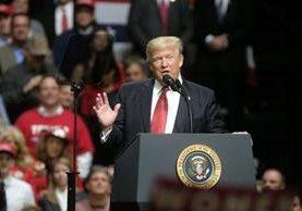 El decreto migratorio de Donald Trump lo enfrenta a jueces federales. (Foto Prensa Libre: AFP)