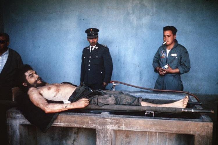 El cuerpo inerte de Ernesto Che Guevara en Valle Grande, Bolivia, donde fue asesinado el 9 de octubre de 1967. (Foto: AFP)