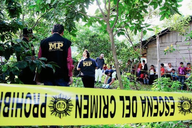 El cuerpo de un adolescente fue encontrado entre un cafetal de la comunidad San Juan Bautista, Nuevo San Carlos, Retalhuleu. (Foto Prensa Libre: Rolando Miranda)