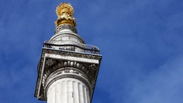 Wren construyó el Monumento al Gran Incendio de Londres. Su altura marca la distancia de la ubicación de la panadería donde empezó el fuego.