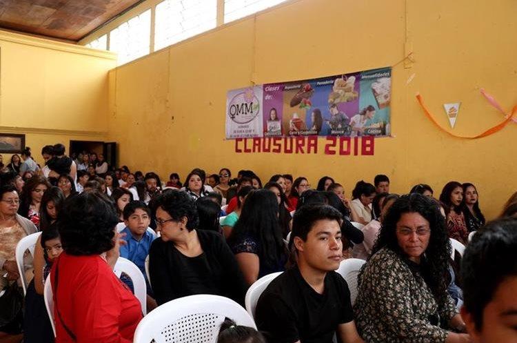 Unas 400 mujeres culminaron los cursos de emprendedoras en la municipalidad de Huehuetenango. (Foto Prensa Libre: Mike Castillo)
