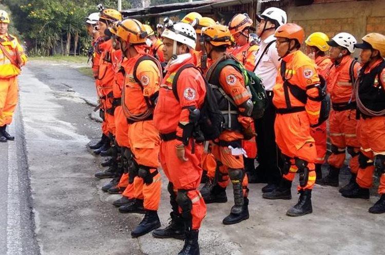 Integrantes de la Patrulla de Rescate reciben instrucciones para realizar la búsqueda de un hombre que cayó en su vehículo al Río Selegua. (Foto Prensa Libre: Mike Castillo)