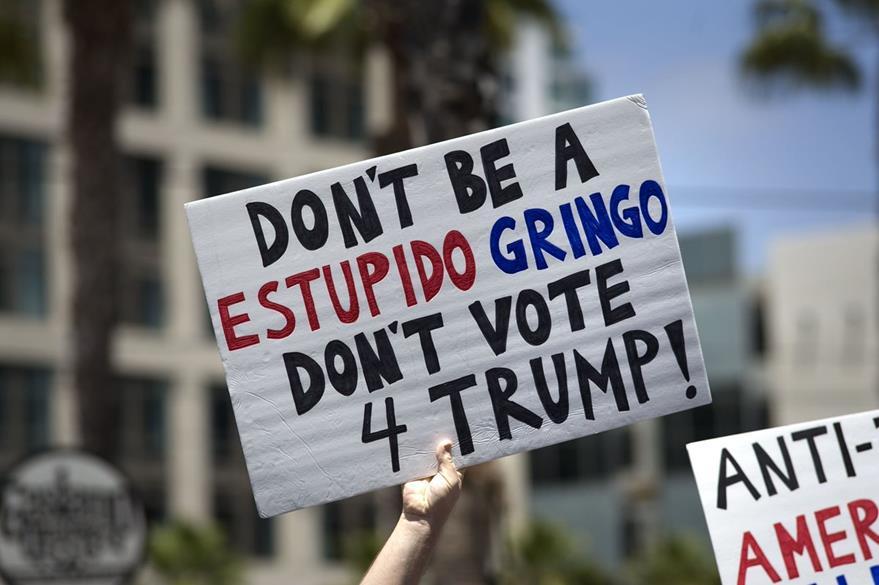 Activistas se manifiestan contra el candidato presidencial republicano, Donald Trump. (EFE)