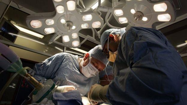 """El trasplante de cabeza durará unas 36 horas y requerirá del trabajo de """"decenas"""" de médicos, dijo Spiridonov. GETTY IMAGES"""