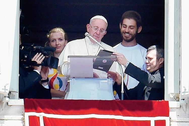 El Papa usa tableta para inscribirse a Jornada de la Juventud del próximo año en Polonia. (Foto Prensa Libre:EFE)