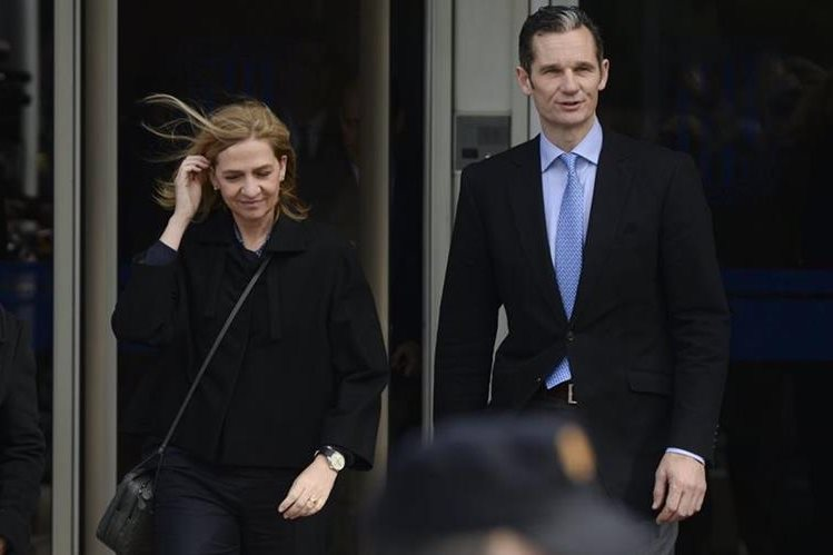 Cristina de España y su esposo Inaki Urdangarin, abandonan la sala de audiencias en Palma de Mallorca. (Foto Prensa Libre:AP).