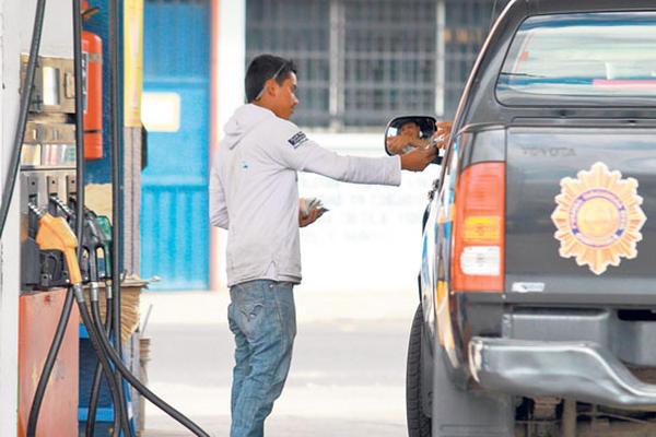 Agentes de la PNC pagan con su dinero el combustible para el autopatrulla en la zona 1. (Foto Prensa Libre: Hemeroteca PL9