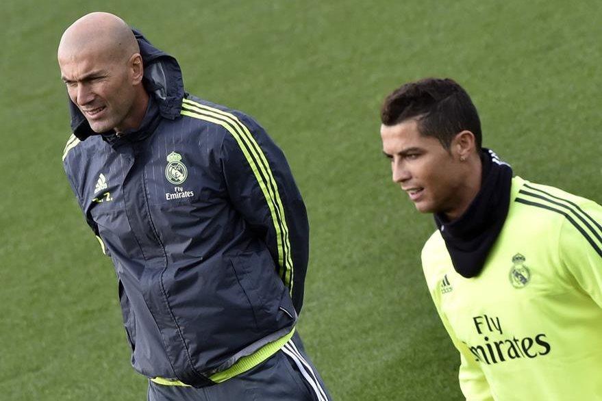 Zinedine Zidane junto al portugués Cristiano Ronaldo durante el entrenamiento del Real Madrid. (Foto Prensa Libre: AFP)