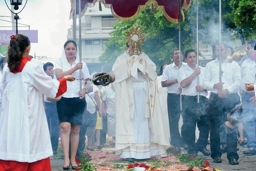 En  Retalhuleu, católicos celebran el Corpus Christi. (Foto Prensa Libre: Jorge Tizol)
