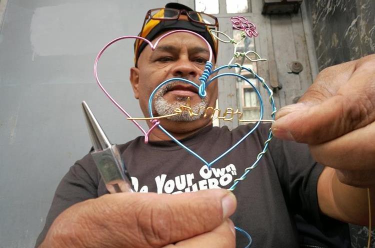 Carlos Humberto Lara elabora artesanías con alambre, en el Paseo de la Sexta, zona 1 de la capital. (Foto Prensa Libre: César Pérez)
