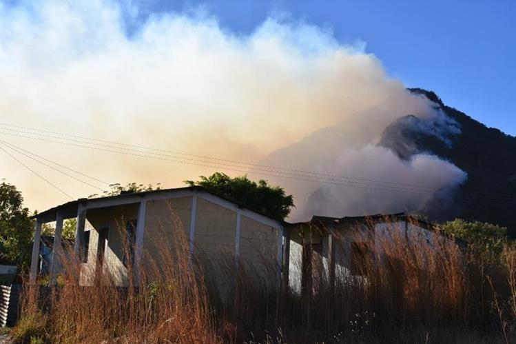 Vista del incendio que comenzó el lunes último en la montaña Chopil, Sololá. (Foto Prensa Libre: Édgar Sáenz).