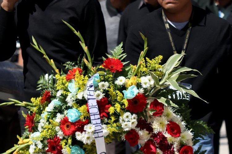 Coronas de flores y vestuario negro en señal de duelo de la Fiscalía Distrital del Ministerio Público en Huehuetenango. (Foto Prensa Libre: Mike Castillo)