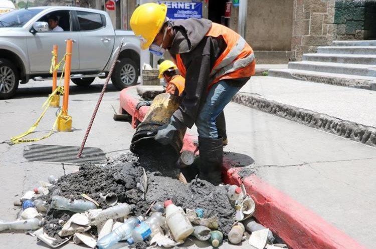 Botellas, vasos desechables, zapatos, pelotas y hasta ropa fueron encontrados en los tragantes. (Foto Prensa Libre: Carlos Ventura)
