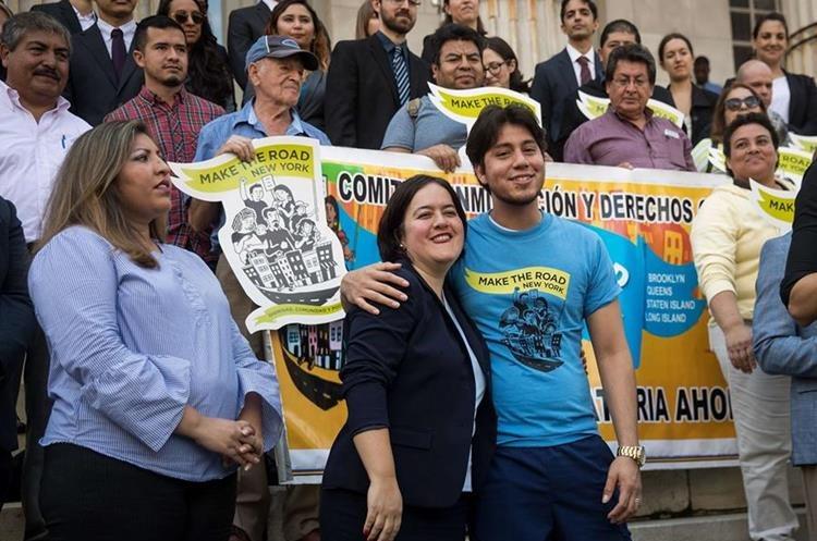 Un grupo de estudiantes indocumentados beneficiarios del Daca manifiestan Nueva York.(Foto Prensa Libre: AfP).