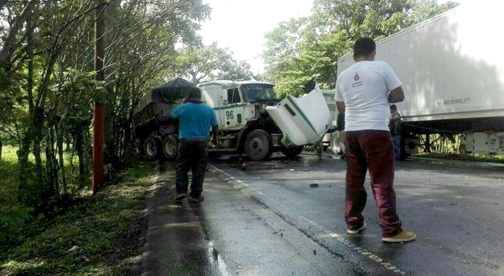 Accidente de tránsito registrado en el km 230 de la ruta al Atlántico, en Morales, Izabal. (Foto Prensa Libre: Dony Stewart).