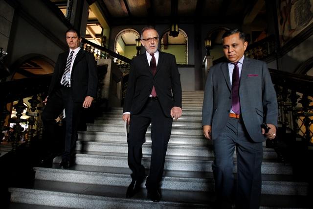 El comisionado de la Cicig, Iván Velásquez, baja unas gradas del Palacio Nacional después de reunirse, junto a la Fiscal General, con los presidentes de los tres poderes del Estado. (Foto Prensa Libre: Paulo Raquec)