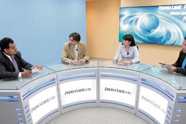 Javier Brolo, politólogo de Asíes, y Marielos Fuentes, de Guatemala Visible —al centro—, conversan con los periodistas Manuel Hernández y Álex Rojas, de Prensa Libre.